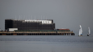 L'immense barge de Google alors amarrée dans la baie de San Francisco