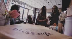 Pour sa nouvelle pub, Nestlé dénude des serveurs dans un café