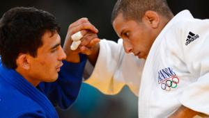 Le judoka français Sofiane Milous (à droite), face à l'ouzbek Rishod Sobirov, lors du combat pour la médaille de bronze, aux Jeux Olympiques de Londres, le 28 juillet 2012.