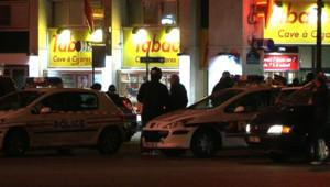 Véhicules de police près du lieu d'une rixe mortelle à la Porte de Saint-Cloud (5 février 2010)