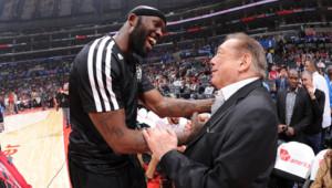 Donald Sterling serre la main de Reggie Evans avant le début d'un match de la NBA le 16 novembre 2013