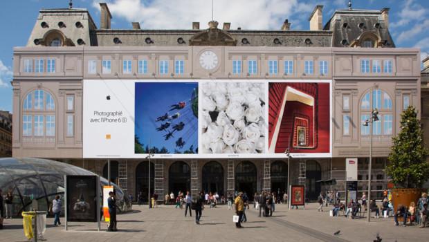 La façade de la gare Saint Lazare à Paris habillée par les photos d'utilisateurs d'iPhone pour le 14 juillet 2016