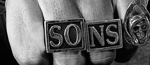 Sons of Anarchy - Saison 4. Série créée par Kurt Sutter en 2008. Avec : Charlie Hunnam, Katey Sagal, Ron Perlman et Maggie Siff.