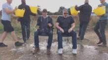 Tom Cruise et Chris McQuarrie ont relevé l'Ice Bucket Challenge avec pas moins de 8 seaux d'eau !
