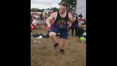 """En plein festival, il se déhanche sur """"Uptown Funk"""" et devient une star du web"""