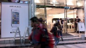 Calqué sur les Apple Store, le magasin Softbank du quartier branché d'Omotesando (Tokyo) où s'arrache l'iPhone (le 3 octobre 2011).