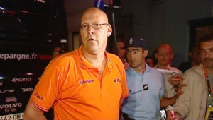 TF1/LCI : Le porte-parole de Rabobank, Jacob Bergsma, annonçant l'exlusion du maillot jaune Rasmussen. Derrière lui, un gendarme venu perquisitionner l'hôtel (25 juillet 2007)