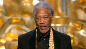 """Morgan Freeman recevant en 2005 l'Oscar du meilleur second rôle pour """"Million Dollar Baby"""""""