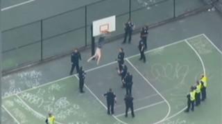 Torse nu et armé d'un marteau, il se coince dans un panier de basket... la tête en bas