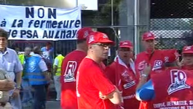 Des ouvriers de l'usine d'Aulnay-sous-Bois PSA manifestent à Paris le 25 juillet 2012.