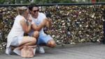 Un couple d'amoureux prend un selfie sur le pont des Arts à Paris