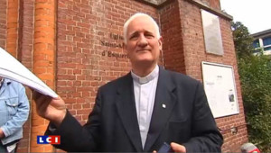En solidarité avec les Roms, un prêtre rend sa médaille de l'Ordre du Mérite