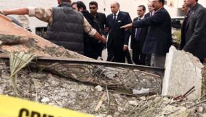 Laurent Fabius, ministre français des Affaires étrangères, sur les lieux d'un attentat contre l'ambassade française à Tripoli le 23 avril 2013.