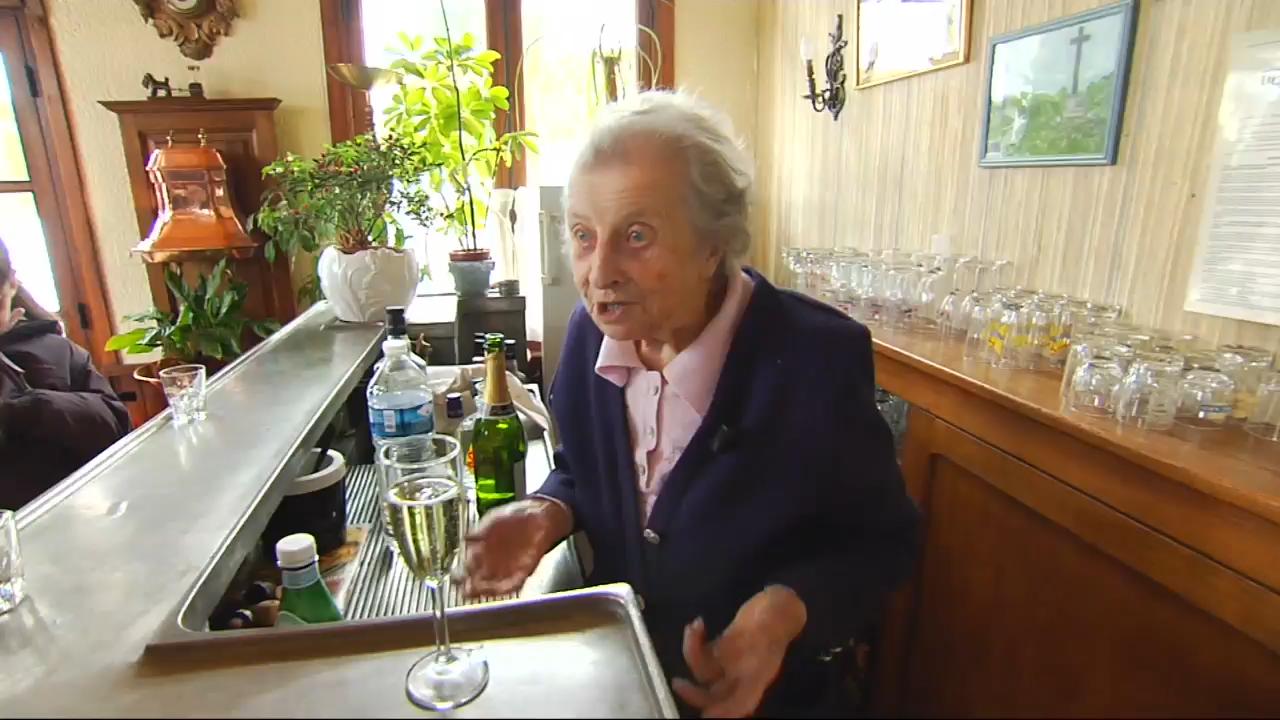 Lucienne 100 ans la t te du seul bar restaurant de son for Dans 100 ans