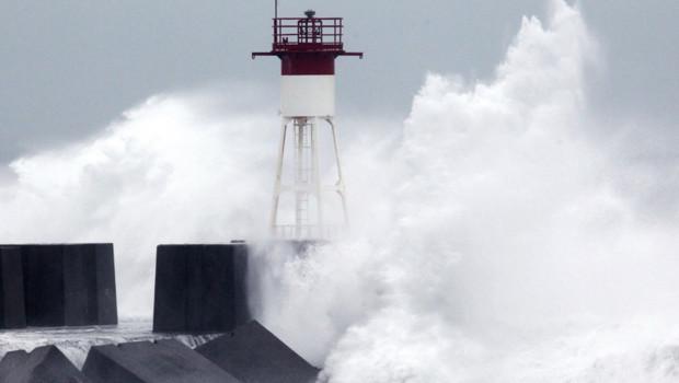 Le cyclone Dumile a frappé l'île de la Réunion ce jeudi, avec des rafales de vent atteignant près de 180 km/h et provoquant de spectaculaires déferlantes sur les côtes.