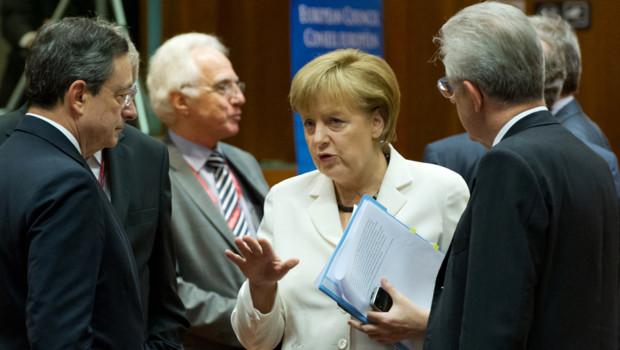 La chancelière allemande Angela Merkel discute avec le président de la BCE Mario Draghi et le chef du gouvernement italien Mario Monti, lors du sommet européen, le 29 juin 2012.