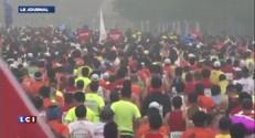 Pekin : ils courent le marathon dans la pollution