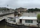 A Paris, une péniche a percuté un pont ce vendredi matin.