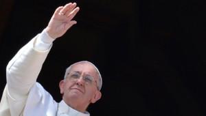 """Le pape François faisant le """"urbi et orbi"""""""