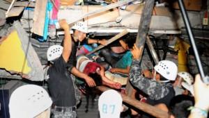 Des habitants de Manta en train d'être secourus.