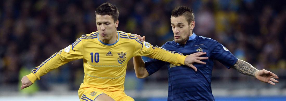 Mathieu Debuchy face au milieu de terrain ukrainien Yevhen Konoplyanka lors du match Ukraine-France le 15 novembre.