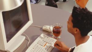 Un adolescent devant un ordinateur (archives)
