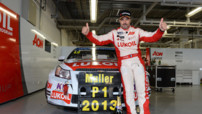 Yvan Muller (Chevrolet) célèbre son quatrième titre mondial WTCC lors de la manche japonaise de Suzuka, le 22 septembre 2013