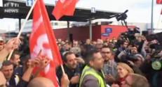 """Des salariés d'Air France dansent et chantent sur """"Tomber la chemise"""""""