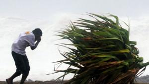 Un homme bravant le cyclone Dumile, dans l'ouest de la Réunion