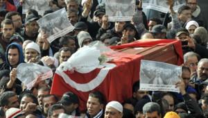 Tunisie : foule portant le cercueil de Chokri Belaïd, Tunis, 8/2/13