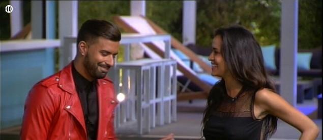 Le soutien de Vincent semble redonner le sourire à Leila.