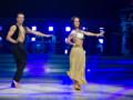 Alizée et son partenaire Grégoire Lyonnet sur une danse Bollywood lors de la première date de la tournée DALS, le 19 décembre 2013 à Bercy.