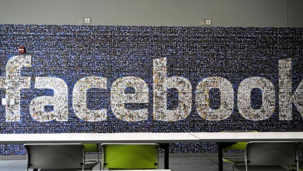 Le logo facebook, repris en plusieurs photos de profil, dans un de ses data center, aux Etats-Unis, en avril 2012.
