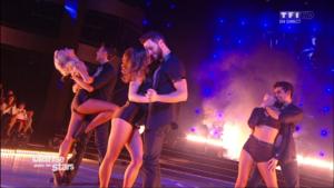 Les danseurs professionnels dansent sur « Latch »