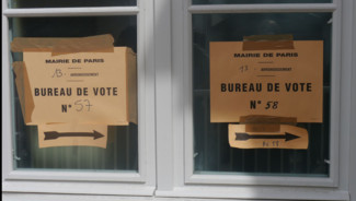 Un bureau de vote parisien, le 22 avril 2012.