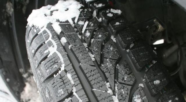 news automoto s curit routi re les bons pneus pour l 39 hiver mytf1. Black Bedroom Furniture Sets. Home Design Ideas