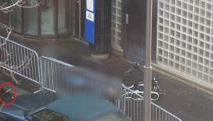 Le corps de l'homme abattu devant le commissariat du 18e arrondissement de Paris est examiné par un robot.