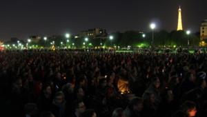 Des veilleurs rassemblés en un sit-in pacifique sur les pelouses des Invalides (avril 2013)