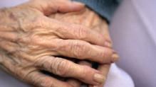 Des mains de personne âgée (image d'illustration)