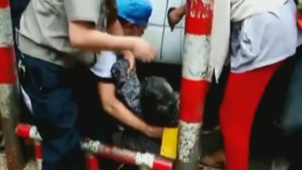 chine dame coincée sous une voiture
