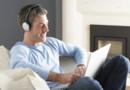 homme casque écoute musique ordinateur streaming PC