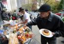 New York après le passage de la tempête Sandy : distribution de nourriture dans une rue (1er novembre 2012)