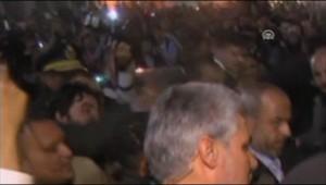 Un homme lance une chaussure sur Ahmadinejad au Caire.