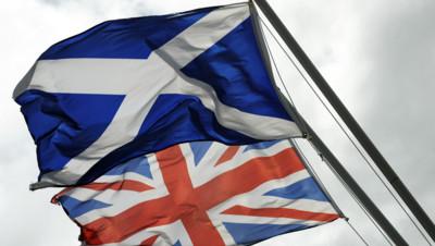 Les drapeaux de l'Ecosse (1er plan) et du Royaume-Uni (arrière-plan)