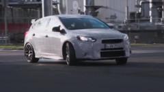 Capture de la vidéo officielle de la Ford Focus RS malmenée par Ken Block dans l'usine de Cologne