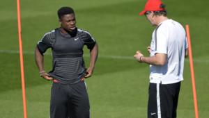Serge Aurier et Laurent Blanc lors d'une session d'entraînement le 14 avril 2015.
