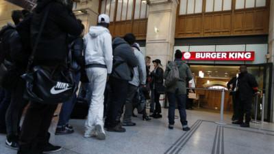 La chaîne de restauration burger king a ouvert son magasin parisien avec un jour d'avance à Saint-Lazare.