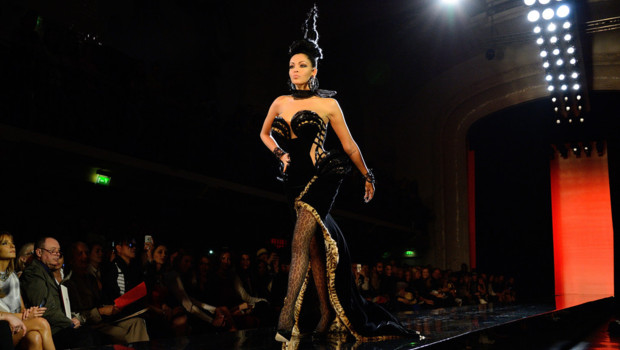 Nabilla défile pour Jean-Paul Gaultier le 3 juillet 2013 en pleine Fashion Week parisienne.