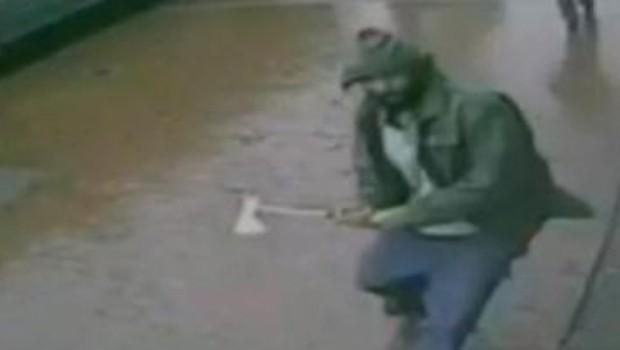 Image de vidéosurveillance montrant l'attaque de Zale H. Thompson contre des policiers à New York, 23/10/14