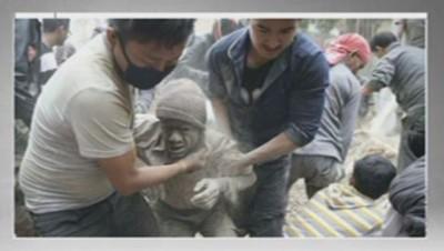 La photo d'un Népalais sorti des décombres après le séisme.